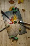 Palette avec des peintures et des brosses Photographie stock libre de droits