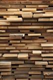Palette avec les planches en bois sciées rugueuses Photo libre de droits