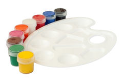 Palette blanche en plastique avec des bidons de peinture Images libres de droits