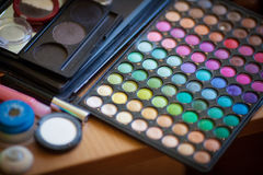 Palette colorée lumineuse de maquillage, fard à paupières, fin  Photos libres de droits