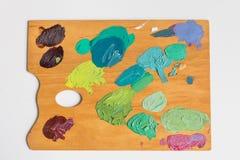 Palette d'artiste avec de diverses couleurs Photographie stock libre de droits