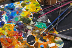 Palette de couleurs d'atelier d'art avec des brosses Photos libres de droits