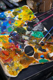 Palette de couleurs d'atelier d'art avec des brosses Image libre de droits