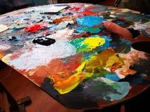 Palette de couleurs du peintre - le doigt dans le trou photo stock