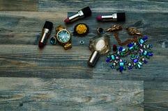 Palette de maquillage avec la brosse de maquillage Fond de maquillage Brosse et cosmétiques de maquillage sur la table en bois bl photos libres de droits