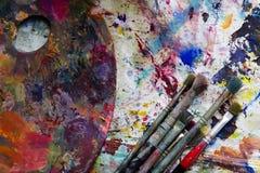 Palette de peintre de lieu de travail avec des couleurs et des brosses Palette de couleurs, désordre créatif, art Image stock