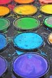Palette de peinture utilisée par aquarelle La palette utilisée peut illustrer l'oeuvre d'art créative ou n'importe quel autre con Photos libres de droits
