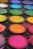 Palette de peinture utilisée par aquarelle La palette utilisée peut illustrer l'oeuvre d'art créative ou n'importe quel autre con Image libre de droits