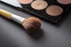Palette de poudre de visage et une brosse d'applicateur photographie stock libre de droits