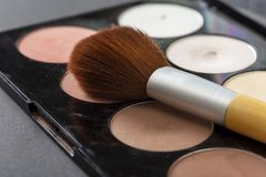 Palette de poudre de visage et une brosse d'applicateur images libres de droits