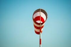 Palette de vent volante horizontalement de manche à air due au fort vent Image stock