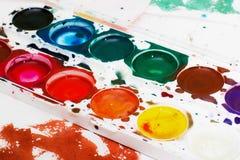 Palette der Aquarellfarbe der Kinder auf Weiß Stockbild
