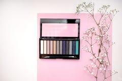Palette der nackten und hellen Kosmetik bilden, Lidschattenpalette, natürlicher Farbschattenminimalismus, Draufsicht stockfoto