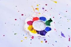 Palette der Wasserfarbe auf weißem Hintergrund Stockfotografie