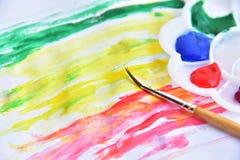 Palette der Wasserfarbe mit Pinsel auf weißem Hintergrund Stockfotos