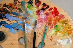 Palette des Künstlers mit Pinseln Stockfotografie
