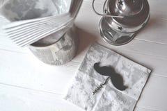 Palette des Nagellacks auf dem weißen hölzernen Hintergrund mit Platz für Text Stockbilder