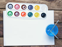 Palette des peintures d'aquarelle, brosses Photo stock