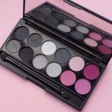 Palette des Rosas und graue Kosmetik bilden, Lidschattenpalette, bunte Schattenbeschaffenheit stockbilder