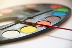 Palette des Wasserfarbbehälters auf weißem Hintergrund, Kunstmetapher Co Stockbild