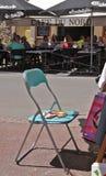 Palette du ` s de chaise et d'artiste sur un marché français Photo libre de droits