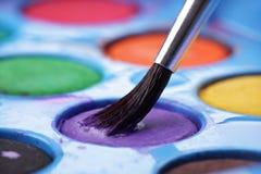 Palette du watercolour de l'artiste avec le balai Photographie stock libre de droits