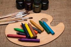 Palette en bois avec des crayons Images stock