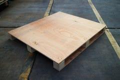 Palette en bois de cargaison dans des dimensions standard Photos stock
