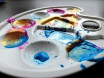 Palette en plastique des artistes des enfants avec différentes couleurs de couleurs sur le fond gris Concept d'art avec des enfan image libre de droits