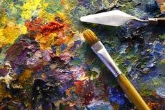 Palette mit Malerpinsel und Palettemesser Stockfotografie