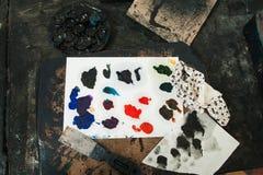 Palette mit paletteknife und Lappen, flache Lage Stockfotografie