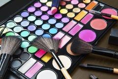Palette professionnelle de maquillage avec les brosses cosmétiques Images libres de droits