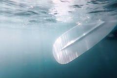 Palette sous-marine, sable vers le haut de vue d'eau du fond d'embarquement de palette photos stock