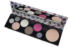 Paletten av den flerfärgade skönhetsmedlet utgör med en spegel, paletten för ögonskugga, färgrik skuggatextur som isoleras på vit royaltyfria bilder