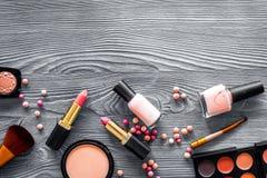 Paletten för ögonskugga, borstar, läppstift, rouge i nakenstudie färgar för smink på grå copyspace för bästa sikt för bakgrund Royaltyfria Bilder