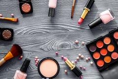 Paletten för ögonskugga, borstar, läppstift, rouge i nakenstudie färgar för smink på grå copyspace för bästa sikt för bakgrund Fotografering för Bildbyråer