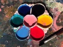 Paletten paletten för barn` s, palettfärg för att måla konst föreställer av ungar royaltyfri fotografi