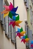 Palettes colorées dans les fenêtres d'une rue historique photographie stock libre de droits