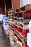 Palettes colorées devant la grange du Mid-West photo libre de droits