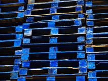 Palettes en bois bleues lumineuses d'expédition photographie stock