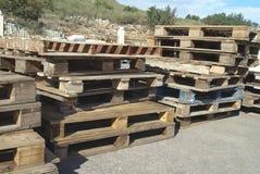 Palettes en bois dérapages images stock