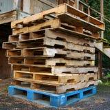 Palettes en bois dans l'allée Photographie stock