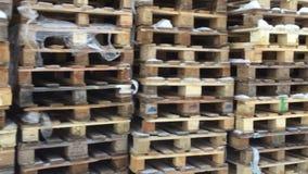 Palettes en bois empilées banque de vidéos