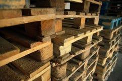 Palettes en bois Texture en bois Palettes empilées dans les piles Images stock
