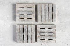 Palettes vides en bois grises sur le fond concret gris Copiez l'espace Photographie stock