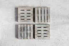 Palettes vides en bois grises sur le fond concret gris Copiez l'espace Images libres de droits
