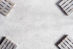 Palettes vides en bois grises sur le fond concret gris Copiez l'espace Photos stock