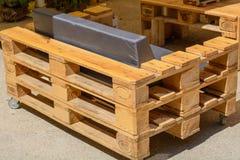 Palettmöblemang, möblemang som göras av fast trä - Upcycling Arkivbild