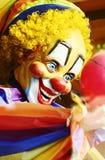 Palhaço de sorriso assustador estranho colorido no secundário da feira imagem de stock royalty free