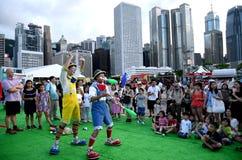 Palhaço que joga clubes em Hong Kong imagem de stock royalty free
